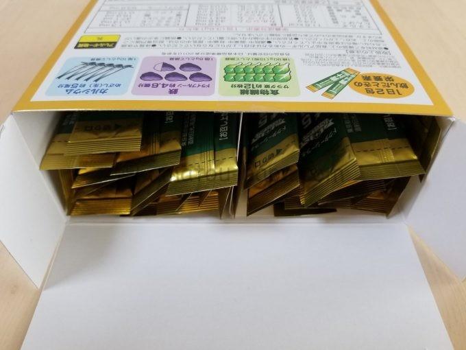 箱の蓋を開け、中にある30包の青汁粉末スティックの上部が見えている
