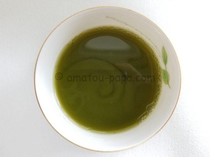 真上から見ると、まるで抹茶のように濃い緑色のホット青汁