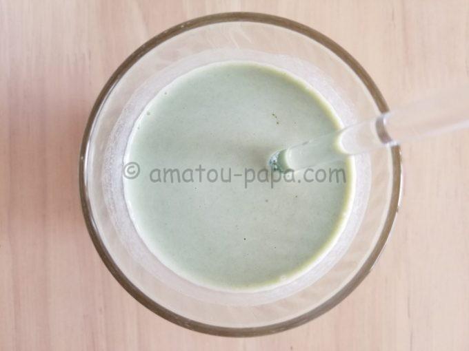 できあがった青汁ミルクをコップの真上から見る