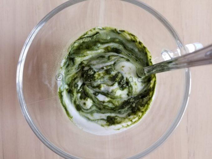 スプーンでかき混ぜている途中の青汁ヨーグルトを真上から見る
