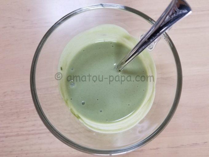 すっかり混ざって、抹茶ミルク色になった青汁ヨーグルトを真上から見る