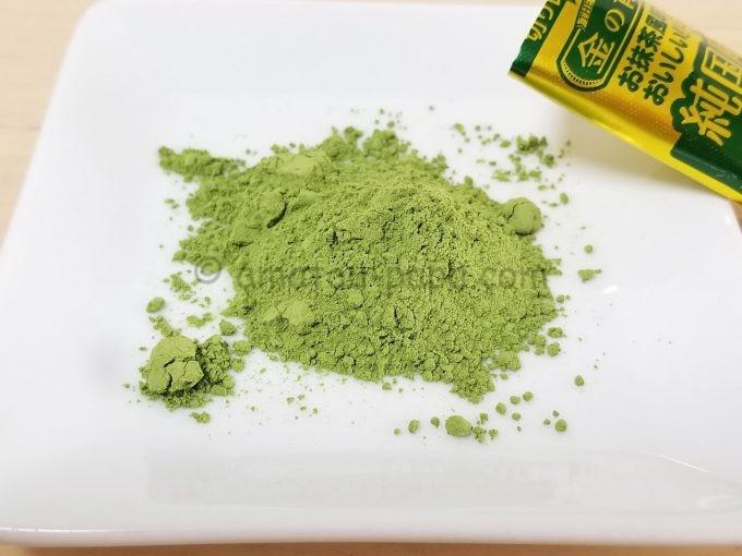 青汁粉末1回分の封を開けて、白い小皿に山盛りにする