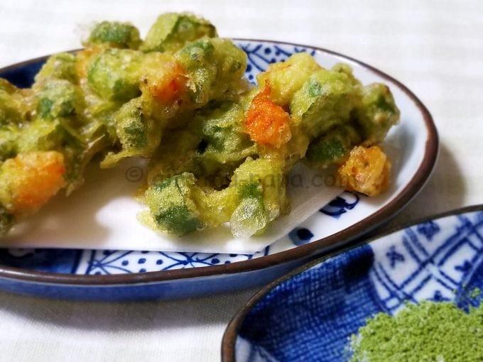 青汁粉末を衣にプラスしたエビとオクラのかき揚げと、青汁粉末を混ぜた付け塩