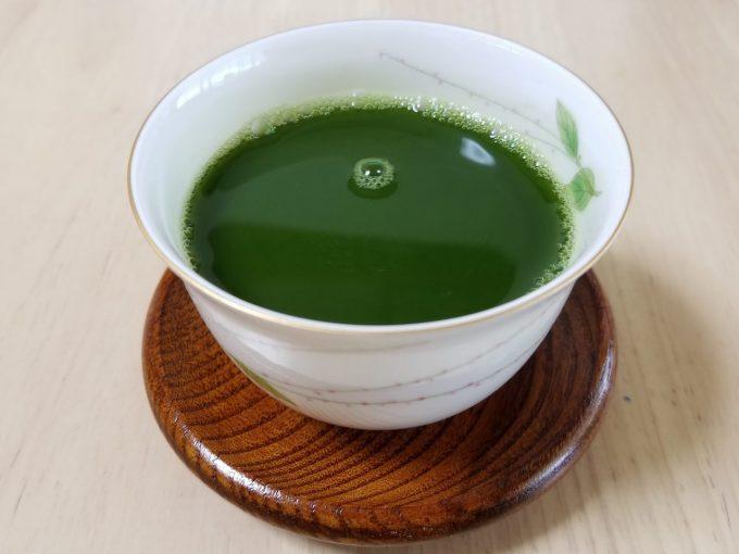 まるで抹茶のように濃い緑色の熱い青汁