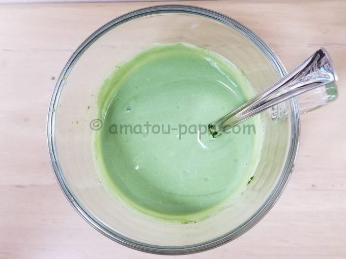 すっかり混ざり抹茶ミルク色の青汁ヨーグルトを真上から見る