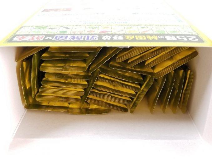箱の蓋を開け、中にある30包の青汁スティックの上部が見えている