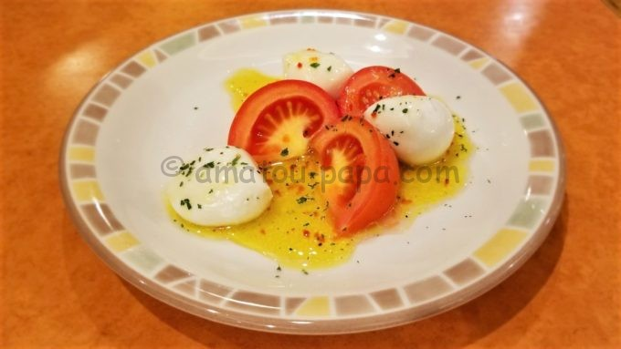 サイゼリヤのフレッシュチーズとトマトのサラダ