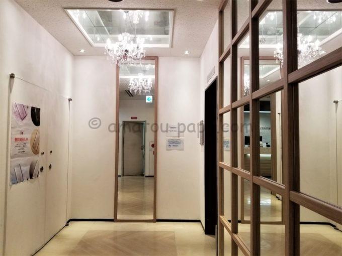 センターホテル大阪のエレベーター前のシャンデリア