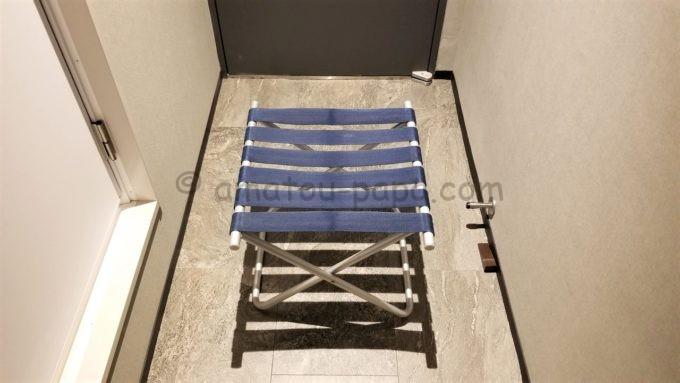 センターホテル東京の椅子(かばん等を置ける)