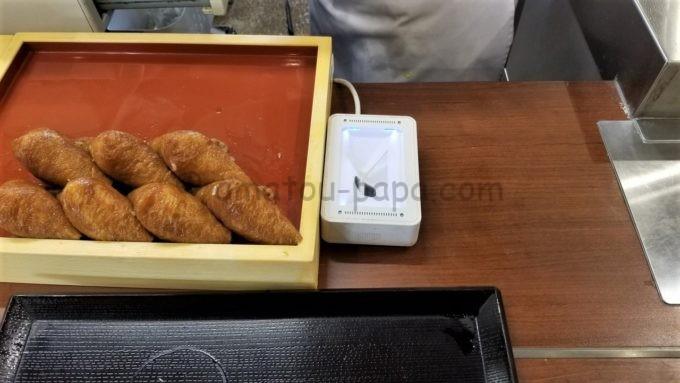 丸亀製麺の店舗レジに設置されたQRコードリーダー