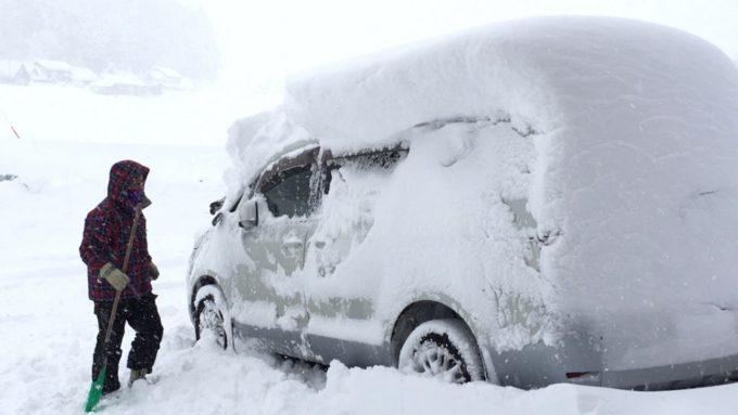 雪が車に積もって身動きできない