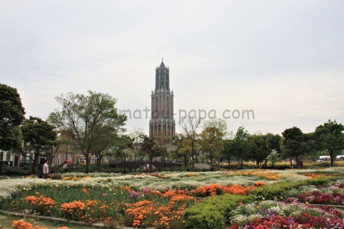 ハウステンボスの花畑とドムトールン(展望台)
