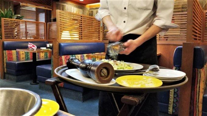 レッドロブスターのロメインレタスの シーザーサラダ(目の前でチーズを振りかけてくれる)
