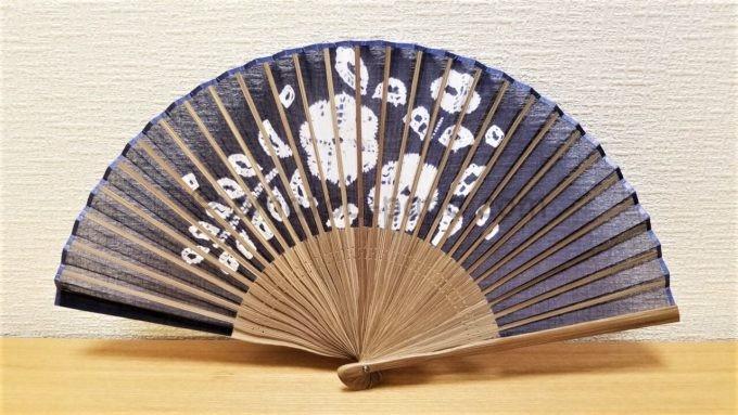 タキヒヨー株式会社からの2019年2月分の株主優待品「有松絞り扇子」を広げた写真