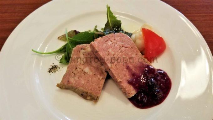 イーストサイド・カフェの「ポークとチキンのテリーヌ、ミックスベリーマスタードソース」