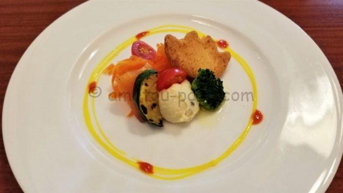 イーストサイド・カフェの「スモークサーモンとニンジンのサラダ、オレンジソース」