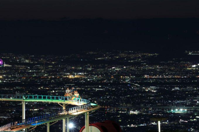 生駒山上遊園地のサイクルモノレールと夜景