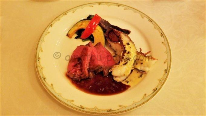 S.S.コロンビア・ダイニングルームの「ローストビーフとオマール海老のオーブン焼き バルサミコ・オニオンソースとマッシュルームとオリーヴのクリームソース」