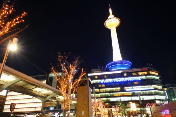 ライトアップされる京都タワー