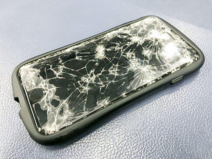 画面割れ(画面破損)したスマートフォン