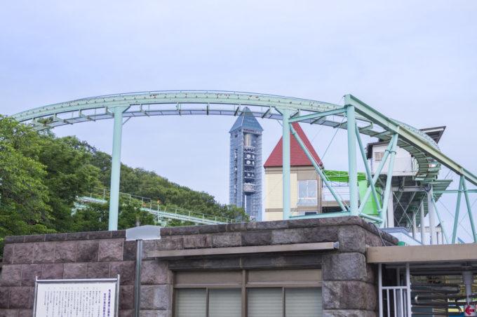 東山スカイタワーと東山動植物園の遊園地