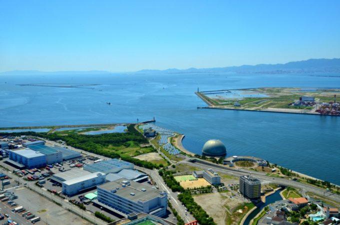 大阪府咲洲庁舎展望台(さきしまコスモタワー展望台)からの大阪湾岸部(西方向)の眺め