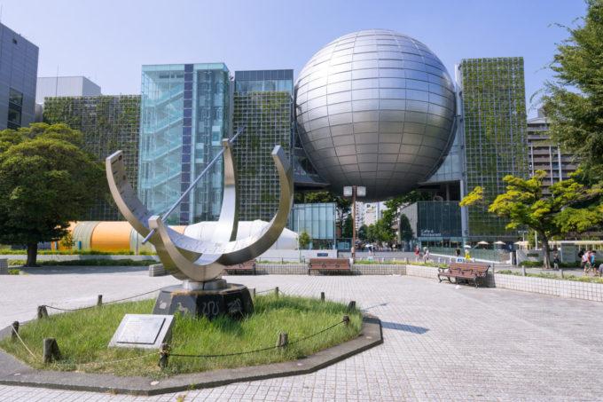 名古屋市博物館にある大型環式日時計のオブジェ
