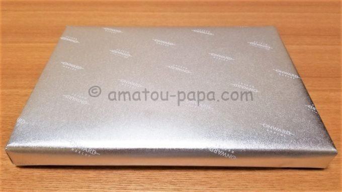 株式会社オンワードホールディングスのギフトカタログが入っている銀色の包み紙