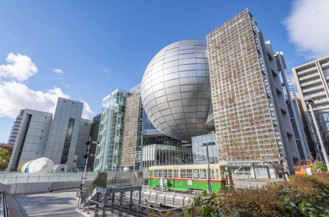 名古屋市博物館を下から眺める