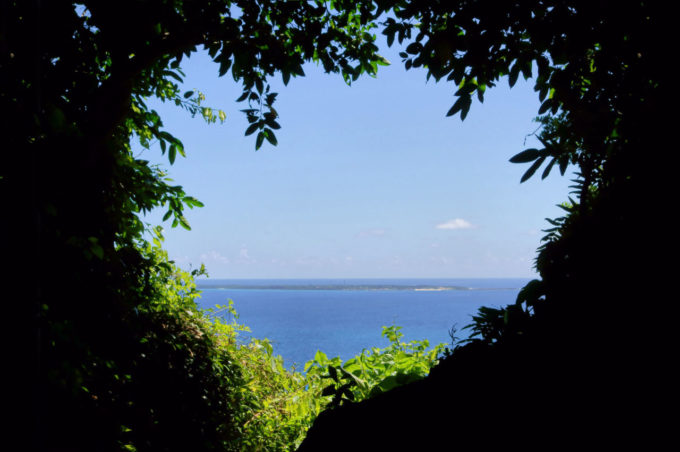 斎場御嶽の三角岩の先にある空間から神ノ島・久高島を眺める