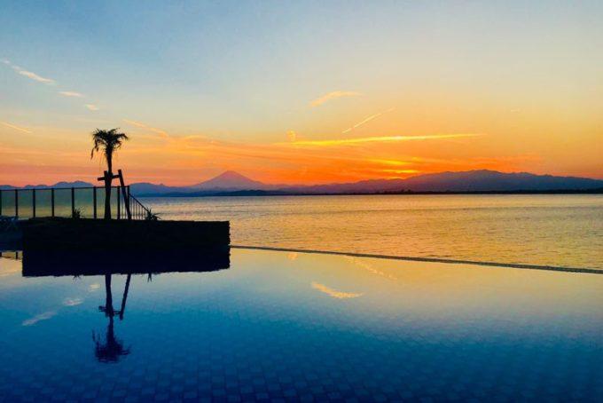 江の島アイランドスパ(えのすぱ)の夕方の露天プール