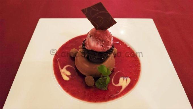 マゼランズのチョコレートムースケーキとカシスアイス