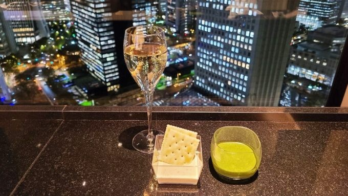 ヒルトン東京のエグゼクティブラウンジでのシャンパンと軽食