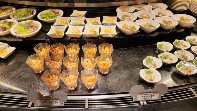 シェフ・ミッキーの「チキンと水菜の春雨サラダ」と「人参とレンコンのエスニック風サラダ」