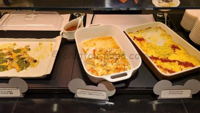 シェフ・ミッキーの「エッグポテトグラタン」と「チキンのチーズ焼き オニオンソース」と「サーモンとツブ貝のガーリックバター焼き」