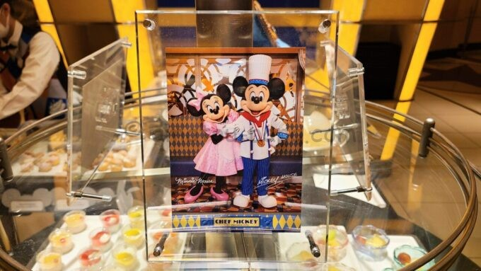 シェフ・ミッキーに飾られているミッキーとミニーの写真