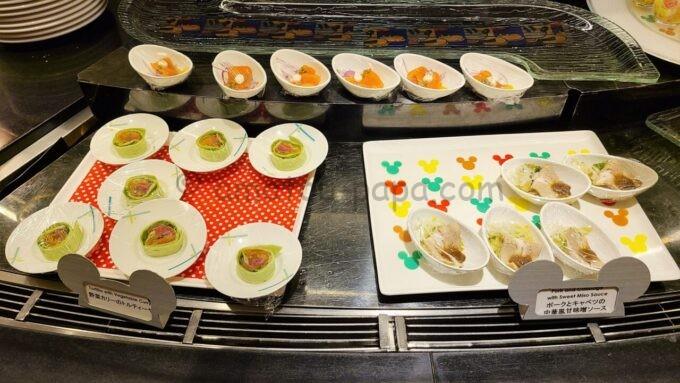 シェフ・ミッキーの「ポークとキャベツの中華風甘味噌ソース」と「野菜カレーのトルティーヤ」