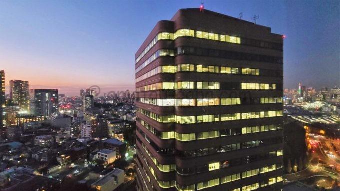 東京マリオットホテルの客室からの夜景(御殿山トラストタワーや品川駅、東京タワー方面)