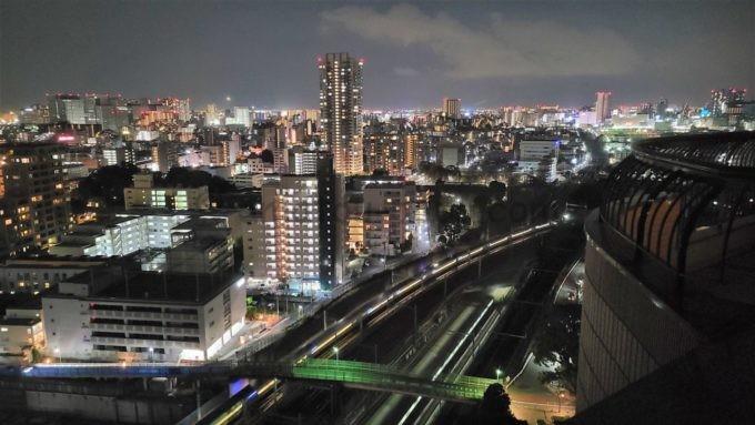 東京マリオットホテルの客室からの夜景(東海道新幹線や山手線などの電車)