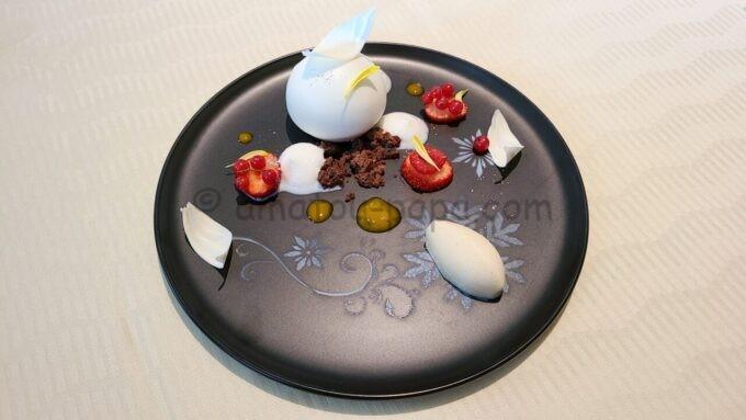 オチェーアノ(OCEANO)のコース料理「パッションフルーツクリーム入りチョコレートムース 洋梨のソルベ」