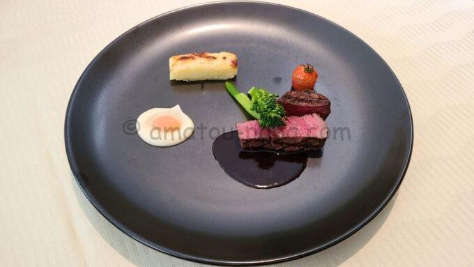 オチェーアノ(OCEANO)のコース料理「牛フィレ肉のグリル カカオ香る赤ワインソース セロリアークとリンゴのピュレ」