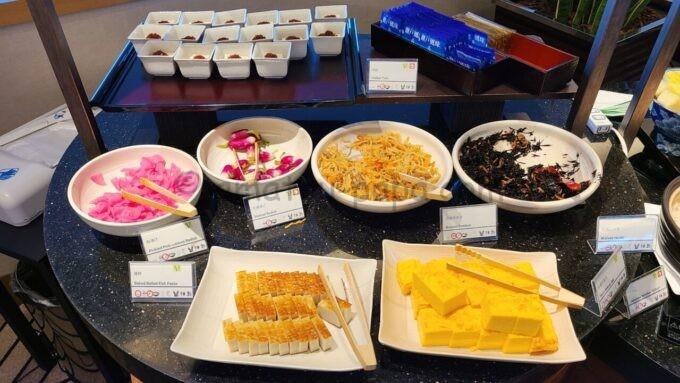 シェラトン・グランデ・トーキョーベイ・ホテルのクラブラウンジの朝食ブッフェ「蒲鉾や玉子焼き」