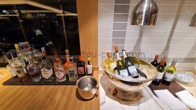 シェラトン・グランデ・トーキョーベイ・ホテルのクラブラウンジのイブニングカクテルサービスで提供されるお酒類(ワインやハイボールなど)