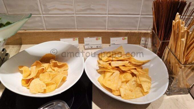 シェラトン・グランデ・トーキョーベイ・ホテルのクラブラウンジのイブニングカクテルサービスで提供される「揚げパスタとトルティーヤ、グリッシーニ」