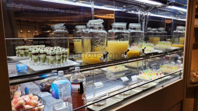 シェラトン・グランデ・トーキョーベイ・ホテルのクラブラウンジのイブニングカクテルサービスで提供される「ジュースとデザート」