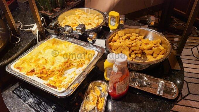 シェラトン・グランデ・トーキョーベイ・ホテルのクラブラウンジのイブニングカクテルサービスで提供される「ラザニアとポテトとチキンナゲット」