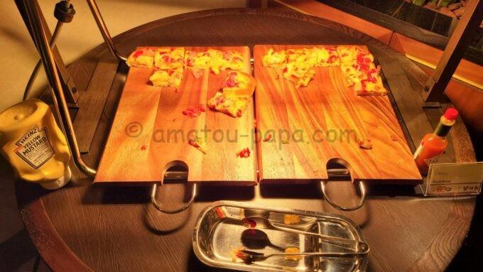 シェラトン・グランデ・トーキョーベイ・ホテルのクラブラウンジのイブニングカクテルサービスで提供される「ピザパン」