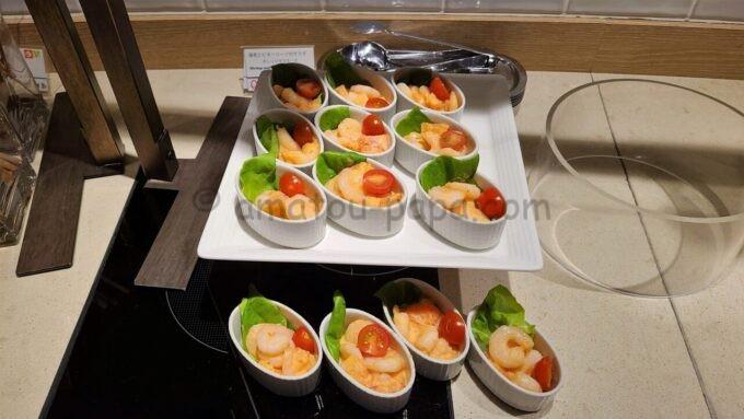 シェラトン・グランデ・トーキョーベイ・ホテルのクラブラウンジのイブニングカクテルサービスで提供される「海老とビターリーフのサラダ オレンジマヨネーズ」