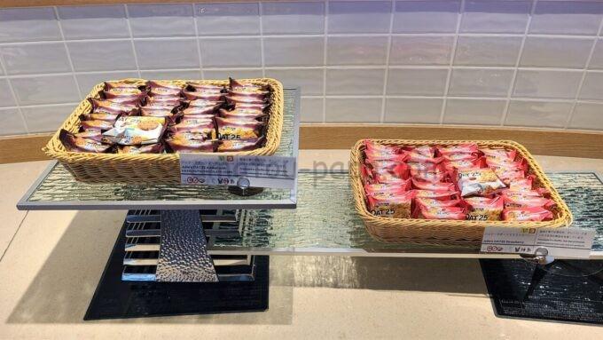 シェラトン・グランデ・トーキョーベイ・ホテルのクラブラウンジで提供されるジュリーズオーツ25チョコレートとジュリーズオーツ25ストロベリー