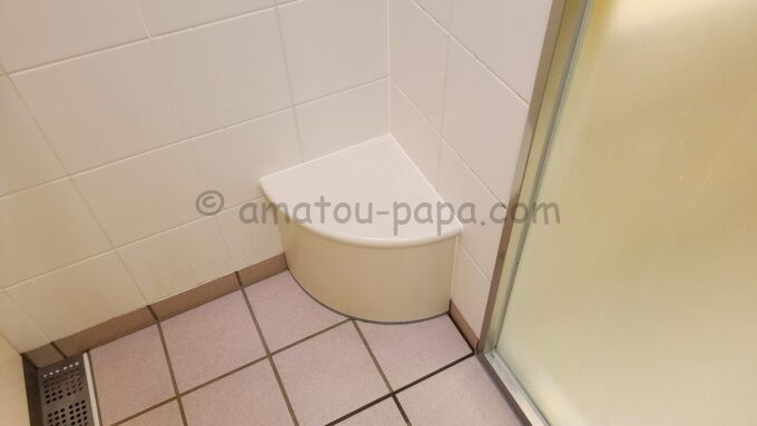 シェラトン・グランデ・トーキョーベイ・ホテルのファミリープレミアムルーム(トレジャーズルーム)のお風呂にある子供用のいす